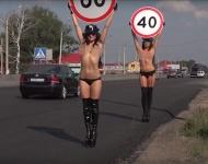 Una campaña de seguridad vial con modelos en topless desata polémica en Rusia