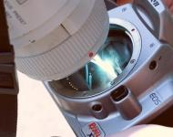 Un fotógrafo muestra cómo queda su cámara tras fotografiar un eclipse de sol sin filtros