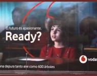Vodafone crea lonas publicitarias que eliminan la contaminación en Madrid y Bilbao