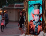 El Sombrerero Loco de Johnny Depp sorprende a los visitantes de Disneyland en una campaña publicitaria